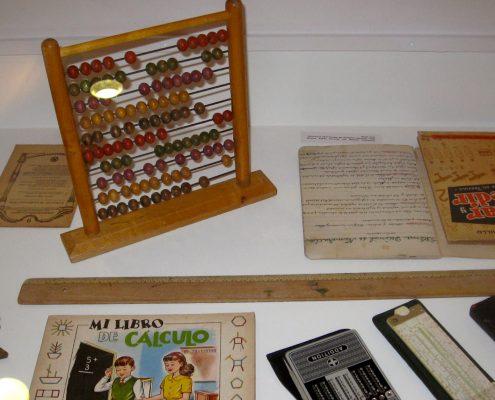 Inaugurada con gran éxito la muestra 'De la escuela al colegio. Un recorrido por las aulas. 1900-1970′