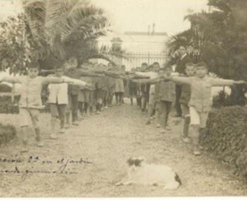 Clase de gimnasia en el grupo (1921?). Archivo Díaz Escovar, nº 2017